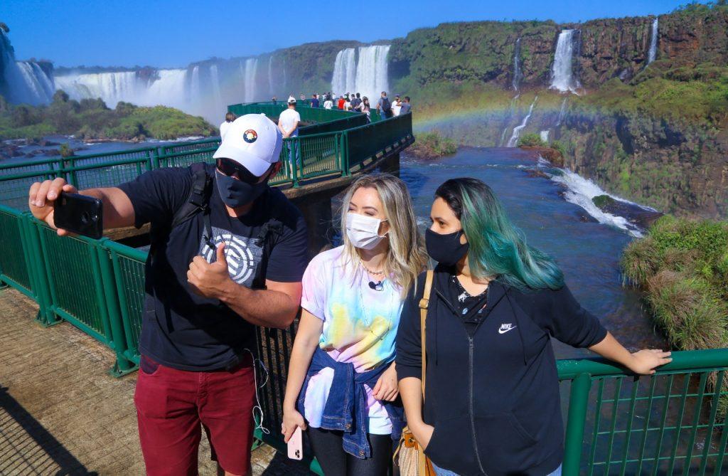 O casal Juliana Tessaro e Wellyngton Ucello foi um dos primeiros a chegar ao parque após a reabertura, nesta terça-feira. Juliana disse que, além de querer renovar as energias nas Cataratas do Iguaçu, está visitando o parque para contar para os amigos sobre as mudanças no funcionamento da unidade de conservação.